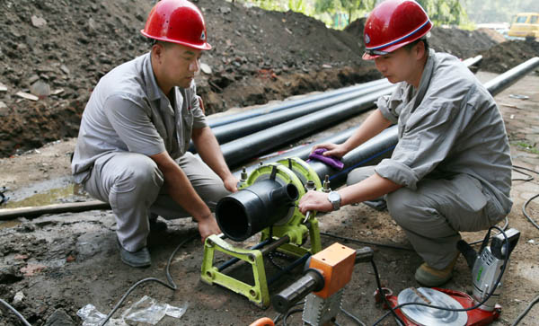 我市最大规模配水管网改造工程全力推进   在望花区营口路、朝阳路,在顺城区葛布小区14处配水管网改造项目正在紧张有序地施工当中,我市自来水历史上最大规模的一次配水管网改造工程正在全市范围内全力推进。   为了保证这项惠及全市的民生工程顺利进行,市自来水公司上下高度重视,制定科学改造方案,克服老城区地下管网情况复杂、工程量大、工期短等诸多不利因素,立足于让广大市民真正受益,在全力以赴确保优质优速如期完成改造任务的同时,尽量减少施工对交通、供水的影响,坚持以人为本,安全施工,文明施工。   最大规模 让10